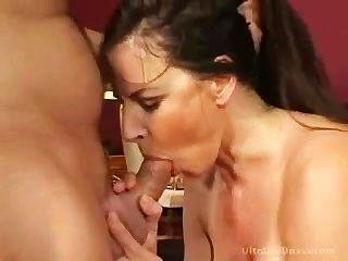 MILF wird in ihre enge Pussy gefickt