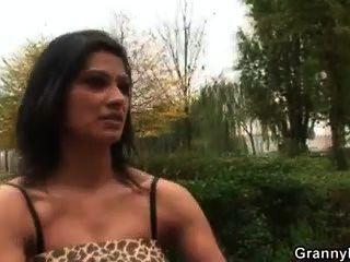 Oma Prostituierte gefällt jungen Stud