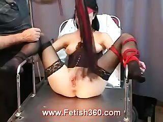 Tawny bekommt ihr Pussy gepeitscht