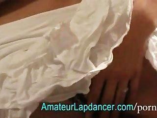 die meisten schöne Brünette in Rüschen Kleid gekleidet lapdancing
