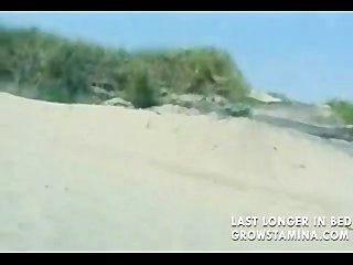 Nackte Blondine am Strand gefickt