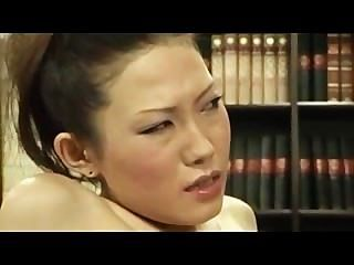 schüchterne Mädchen von lesbischen Chef gefingert