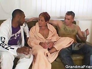 ungezogen Oma nimmt zwei Hähne auf einmal