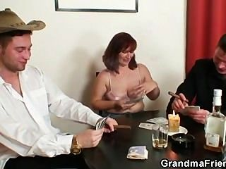 sie verliert in Poker und wird von zwei Jungs gefickt