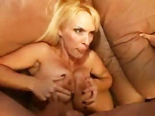 Big Tit blonde MILF wird gefickt