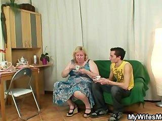 riesige Oma wird von ihrem Sohn am Gesetz schlug