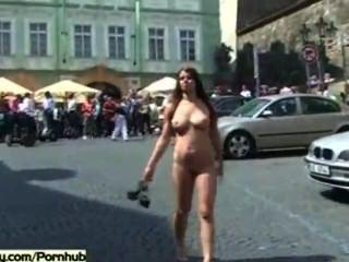 geile Frauen nackt auf öffentlichen Straßen