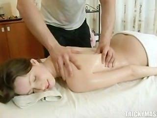Ð¡utie ihre enge Teen Pussy für professionelle Ficken bietet