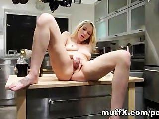 Izzy taylor reibt sich ihre Fotze in der Küche