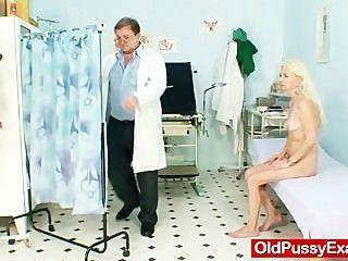 dünn behaarte Oma Frau Arzt Behandlung