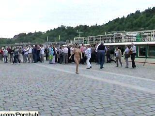 verrückt tschechische Huhn nackt auf öffentlichen Straßen