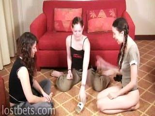 elizabeth, julie und Lilie spielen Flaschendrehen