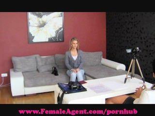 weiblicher Agent. bisexuell blonde Schönheit