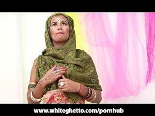 indian Desi MILF fickt und saugt großen weißen Schwanz