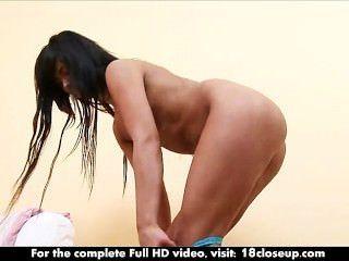petite bekommt ihren festen Körper inspiziert