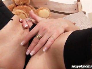 reife britische pornstar Jane Bond Zeug ihre Muschi und Arsch mit einem fetten Dildo