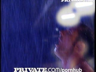private: atemberaubende vollbusige Eisen sandra unter dem regen gefickt