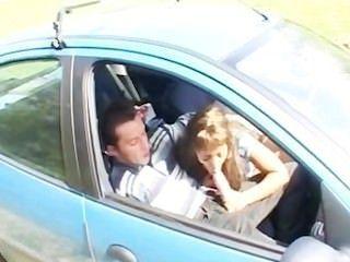 arab Babe samia in einem Auto