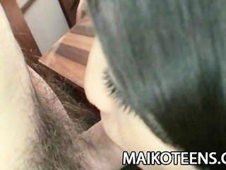 jugendlich japanische airi kawaguchi schiebt einen Schwanz in ihre haarige Muschi
