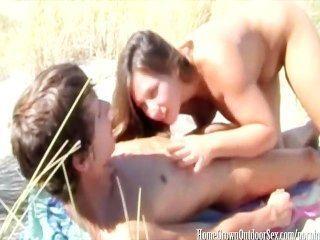 ihre enge Muschi auf öffentlichen Strand Eincremen