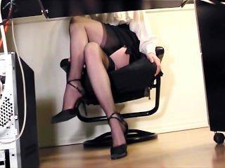 Sekretär fingern im Büro in Oberschenkel hohe Strümpfe und Fersen