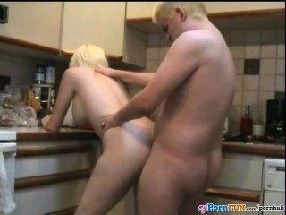 Hausfrau hannah fickt in der Küche