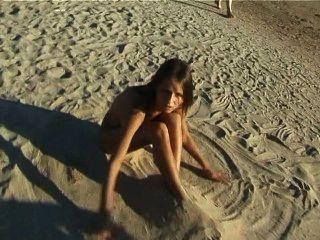 schöne frische Gesicht jugendlich spielt am Strand nackt