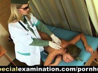 sexy blonde Mädchen wird vom Arzt untersucht