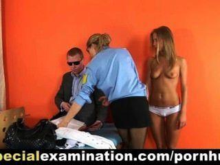 heiße Blondine von der Polizei Arzt untersucht