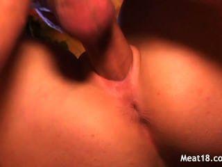 hot blonde Teenager sitzt auf einem Penis und reitet es tief unten