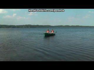 Blondine hart gefickt in einem Boot auf dem See drei Jungs