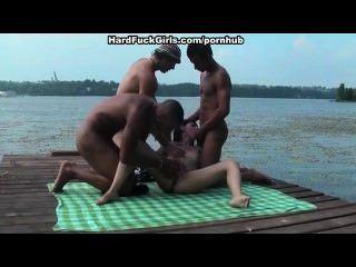 Gruppen-Sex auf dem Dock vor allen