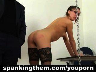 bestraft Sekretärin bekommt ihre Prügel Lektion