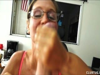 eine freche reife Dame saugt und wichst