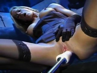 Blondine in Strümpfe und Handschuhe fickt Maschine