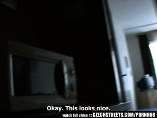 tschechische Straßen - junge Teenager-Mädchen wird es schwer im Hotelzimmer