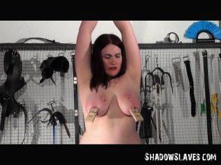 lesbischen Sklavin alyss durch ihre Herrin in hardcore bdsm Sitzung gefoltert