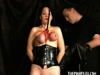 extrem reifen Sklavinnen Brustbondage und bösartig Tit Folter Kapuze