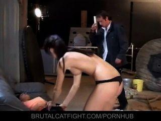junge Gönnerin schlägt ihre Zofe Mitarbeiter in den Arsch