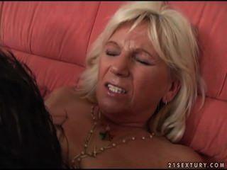 une femme reifen se fait marteler la chatte par un jeune!