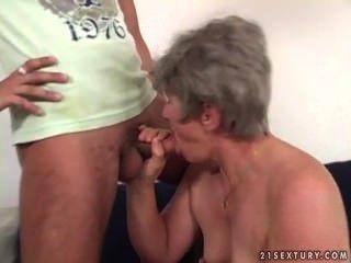 un jeune homme va saccager une femme reifen
