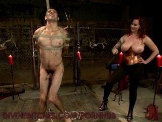 vollbusige rothaarigen Göttin neckt und nutzt neue slaveboy