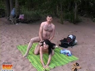 russische Schönheit wird am Strand gefickt