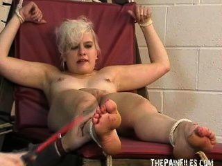 Fußfetisch und extreme bastinado Fuß Knechtschaft der Zehe gefoltert sexy blonde