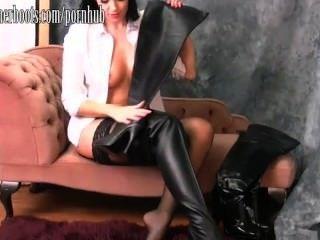 hot busty Babe setzt auf ihren Oberschenkel hohe Lederstiefel
