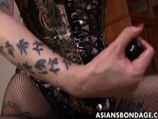 rau asiatische Herrin pflügt ihre süße Sklavin