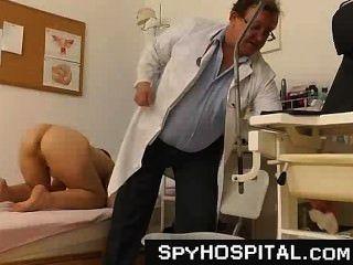 alte schmutzige Voyeur Arzt mit einem hidden cam