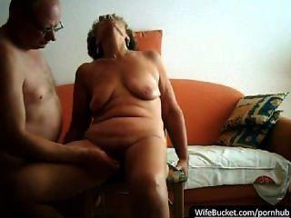 echtes Paar Sex auf ihren orangefarbenen Sofa mit