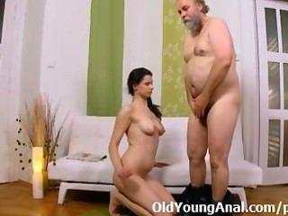 Analsex Craving Teen bittet älteren Mann zu nehmen ihre Passage zurück