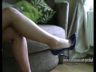 hübsches Mädchen mit langen Beinen versteift Fetisch in sexy Dessous und High Heels